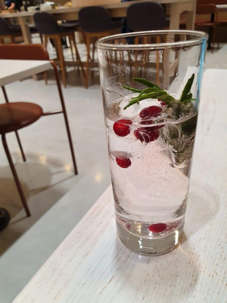 Finnair Business Lounge Helsinki gin & tonic