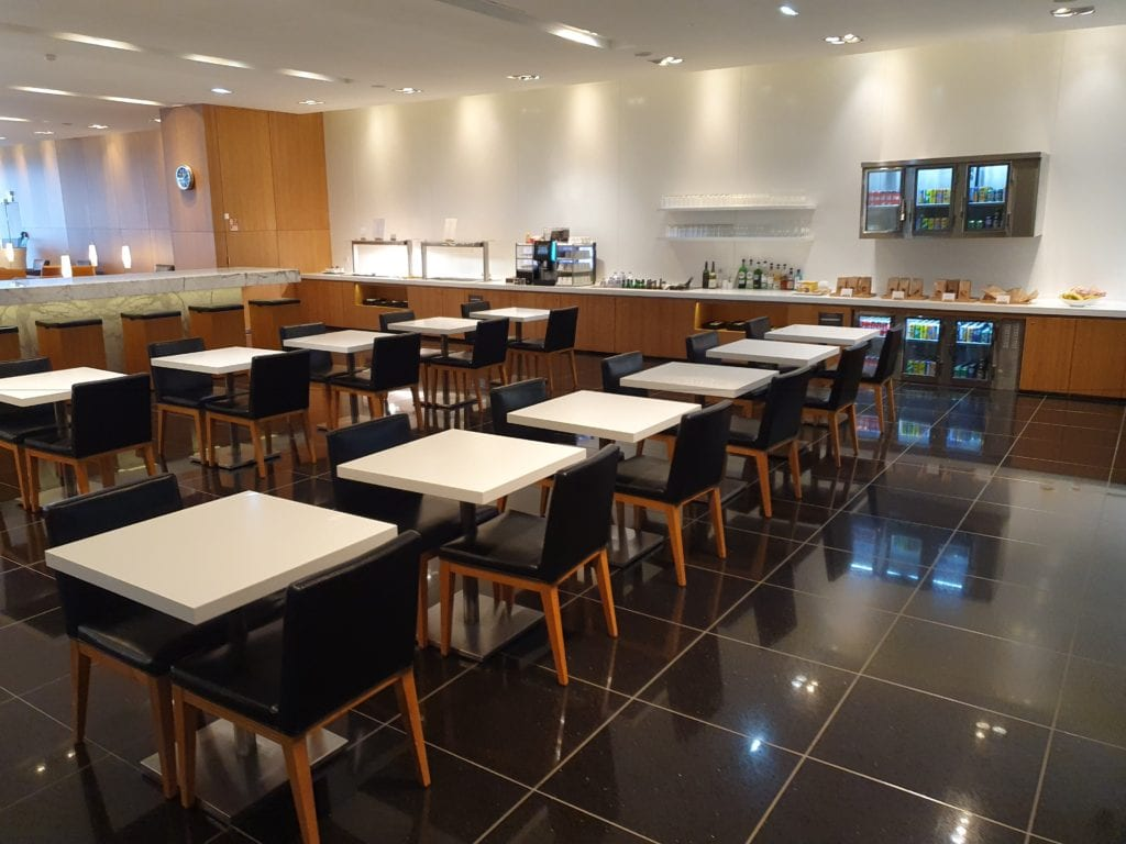 Review Cathay Pacific Lounge Paris tables