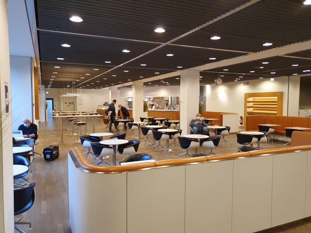 Review Lufthansa Senator Lounge Frankfurt high chiars
